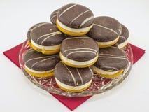 Cakes met chocoladesoufflé op een rood servet Royalty-vrije Stock Foto