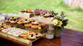 Cakes met fruit en koekjes stock videobeelden