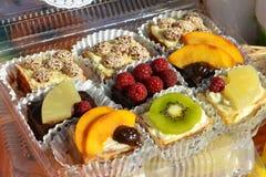 Cakes met fruitstukken vector illustratie