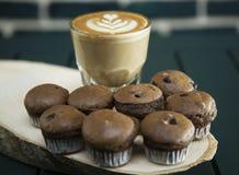Cakes met koffie worden gediend die Royalty-vrije Stock Foto