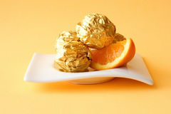 Cakes met oranje materiaal Stock Fotografie