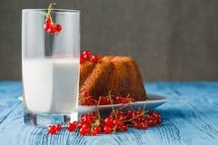 Cakes met rode aalbes met verse rode bessen wordt verfraaid die Royalty-vrije Stock Afbeeldingen