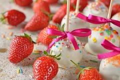 Cakes met witte chocolade worden verfraaid die Royalty-vrije Stock Foto