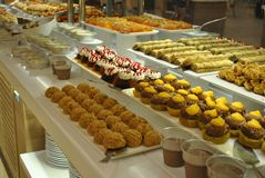Cakes, muffins, donuts in het restaurant op een plaat stock foto