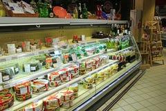Cakes op de planken van supermarkt Winkel voor zoete tand Stock Afbeelding
