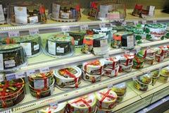 Cakes op de planken van supermarkt Winkel voor zoete tand Royalty-vrije Stock Foto's
