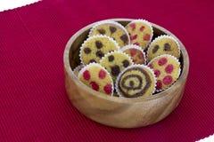 Cakes op een kom over rode towl stock foto