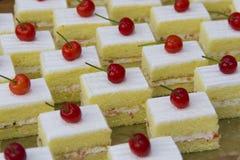 Cakes op het dienblad worden geplaatst dat royalty-vrije stock foto