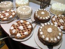 Cakes op lijst Stock Afbeeldingen