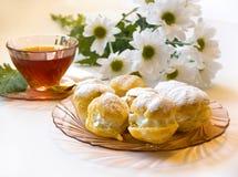Cakes - roomrookwolken en eclairs Stock Fotografie