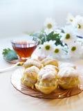 Cakes - roomrookwolken en eclairs Royalty-vrije Stock Foto's