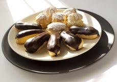 Cakes - roomrookwolken en eclairs Stock Foto's