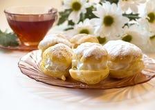 Cakes - roomrookwolken en eclairs Royalty-vrije Stock Foto