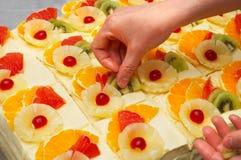 cakes som dekorerar frukt Arkivbilder