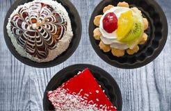 Cakes in tin op de oude Raad Royalty-vrije Stock Foto's