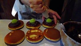Cakes van de Dorayaki de Japanse boon in restaurant in Parijs