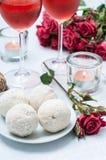 Cakes van de kokosnoot, bloemen en namen wijn toe Royalty-vrije Stock Foto