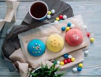 Cakes van verschillende kleuren in stilleven royalty-vrije stock foto's