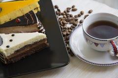 Cakestukken met diverse bovenste laagje en koffiebonen Royalty-vrije Stock Foto