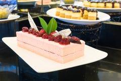 Cakestukken van aardbei op een witte schotel Stock Foto's