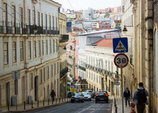 Calçada (边路)做Combro、典型的电车轨道和风景街市里斯本,葡萄牙 免版税库存照片