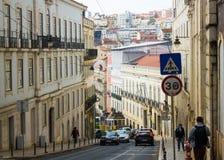 Calçada (marciapiede) fa Combro, le linee tranviarie tipiche e un paesaggio Lisbona del centro, Portogallo Fotografie Stock Libere da Diritti