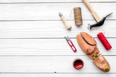 Calç o reparo Último de madeira, martelo, furador, faca, linha no copyspace de madeira branco da opinião superior do fundo imagem de stock