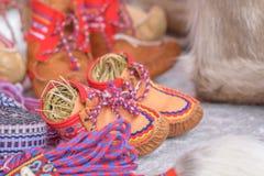 Calçados de couro feitos a mão do sami tradicional feitos do couro cru da rena Imagens de Stock