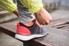 Calçados do esporte do laço do corredor da cidade imagens de stock royalty free