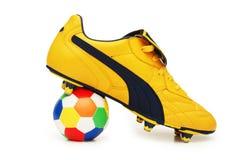 Calçados do futebol e coluna amarelos Foto de Stock