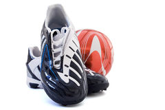 Calçados dos esportes e esfera de futebol Fotos de Stock Royalty Free