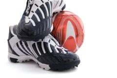Calçados dos esportes e esfera de futebol Imagem de Stock