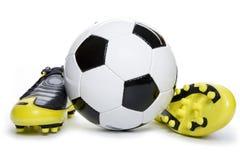 Calçados e esfera do futebol Fotos de Stock Royalty Free