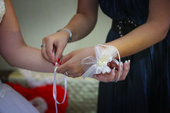 Calçando luvas do casamento Fotografia de Stock