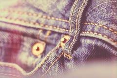 Calças de brim azuis da sarja de Nimes fotos de stock