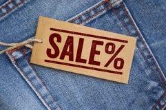 Calças de brim azuis da sarja de Nimes com etiquetas imagens de stock royalty free
