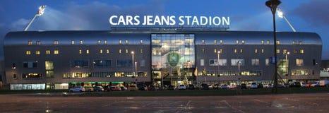 Calças de brim dos carros do estádio de futebol em Haia, casa da DEMORA Den Haag que joga no Eredivisie holandês com luzes sobre imagem de stock