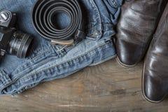 Calças de brim e botas da câmera do vintage Fotos de Stock Royalty Free