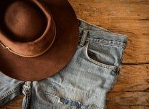 Calças de brim e chapéu de feltro rústicos Imagem de Stock
