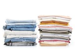 Calças de brim e t-shirt empilhados foto de stock