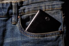 Calças de brim e telefone celular nas placas de madeira brancas Telefone em seu poc foto de stock
