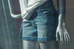 calças de ganga curto no manequim no showr da loja da forma foto de stock royalty free