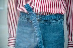 calças de ganga e camisa vermelha no manequim no mulheres asquerosas Fotos de Stock Royalty Free