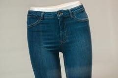 calças de ganga elástica no manequim na sala de exposições da loja da forma das mulheres fotos de stock
