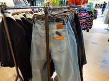 A calças de ganga fecha-se acima do tiro na alameda local imagens de stock