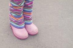 Calças listradas e botas cor-de-rosa fotografia de stock royalty free