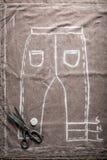 Calças velha do teste padrão do alfaiate com tesouras e pano ilustração do vetor