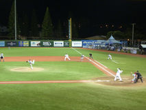 Cal状态Northridge投手投掷球给UH棒球运动员 库存照片