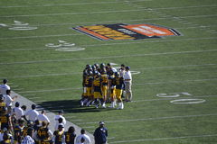 Cal Berkeley Football Huddle imagem de stock royalty free