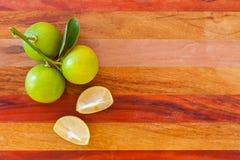 Cal chave ou cal mexicano na tabela de madeira, um do alimento tailandês do ingrediente principal e torta tradicional horizontal fotografia de stock